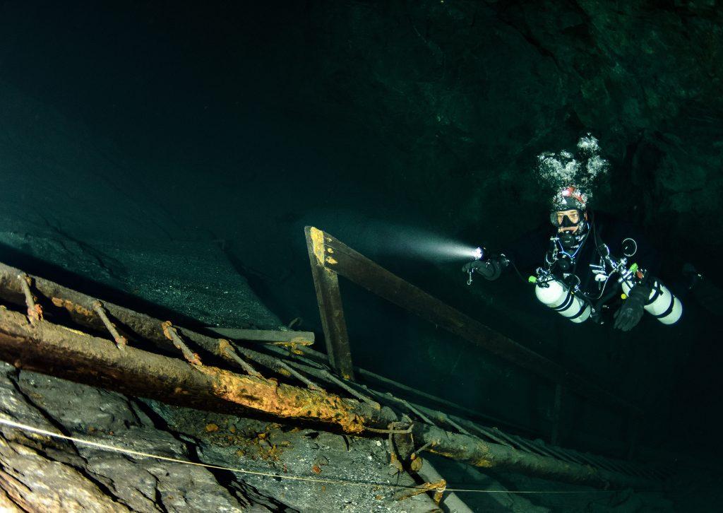 stiger som de brukt før vannet og dykkere overtok gruven