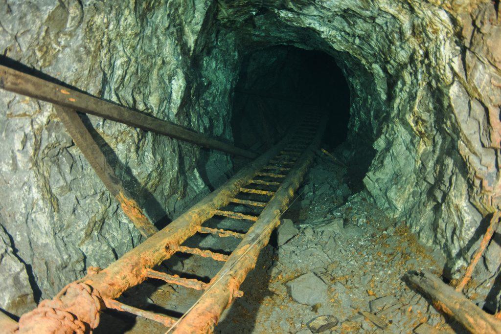 mange stiger rundt forbi i gruven